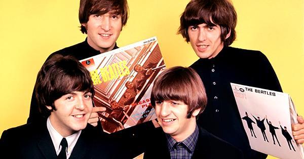 imagen de los beatles con su discografia por escuchar las mejores canciones